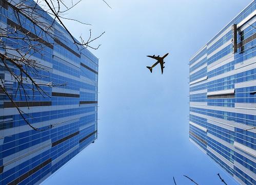 pexels-周-康-747079_airplane over buildings